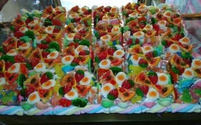 Tarta formada por cajitas rellenas de gomitas